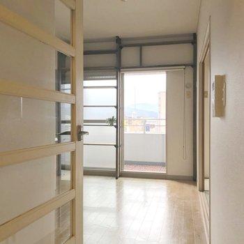 廊下とダイニングの仕切りは、透けた扉。少し開放感をプラス。