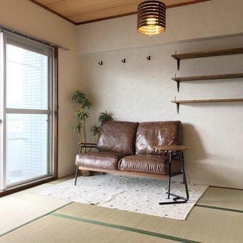 和室は6畳。緑が綺麗な新品の畳と、ブラウンの造作棚の相性◎(※写真の家具は見本です)