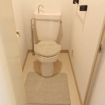 トイレはシンプル。持ち込みでウォシュレットを取り付けられます。