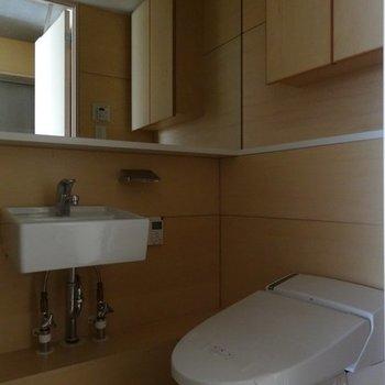 洗面台とトイレは同じスペースに。※写真は2階の同間取り別部屋です。