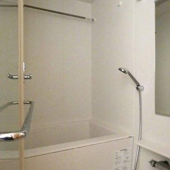 ガラス戸のお風呂。※写真は2階の同間取り別部屋です。
