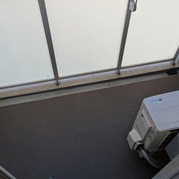 ベランダはコンパクト。※写真は2階の同間取り別部屋です。