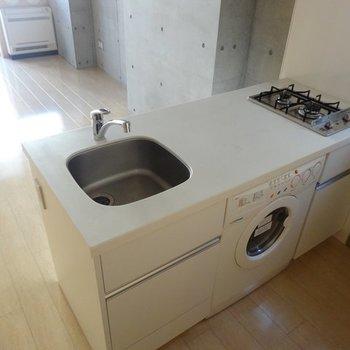 使いやすそうなキッチン。洗濯機もこちらに。※写真は2階の同間取り別部屋です。