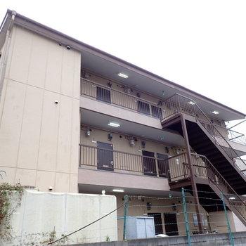 3階建ての建物です!※写真と文章は3階同間取り別部屋のものです。細部は異なることがあります。