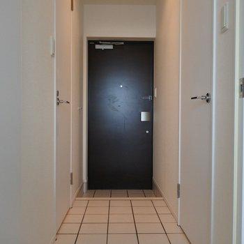 廊下もホワイトのタイルでお洒落に。(※写真は6階の同間取り別部屋のものです)