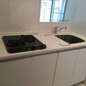 スタイリッシュなキッチン。冷蔵庫スペースもありました。(※写真は6階の同間取り別部屋のものです)
