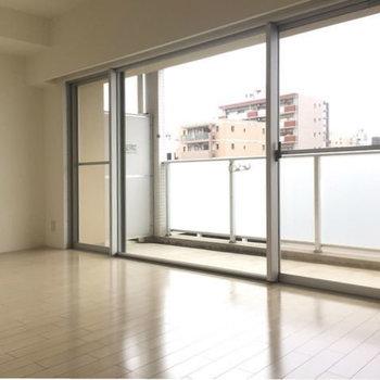 一面窓なので明るくてお部屋も広く感じます。(※写真は6階の同間取り別部屋のものです)