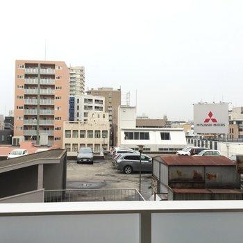 バルコニーからの眺めはこんなかんじ。(※写真は6階の別部屋からの眺望です)