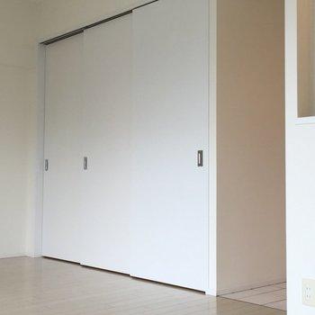洋室の扉を閉めるとこんなかんじ。(※写真は6階の同間取り別部屋のものです)