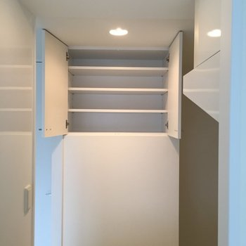 キッチン収納発見!たくさん入りそう。(※写真は6階の同間取り別部屋のものです)