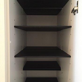 シューズBOXもスタイリッシュなつくり。(※写真は6階の同間取り別部屋のものです)