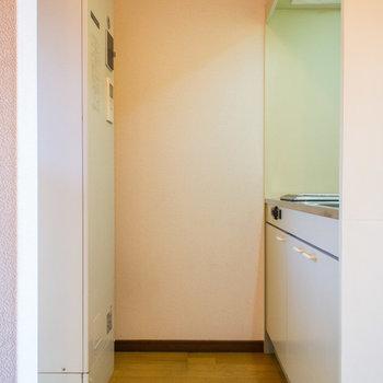 キッチンスペース後ろには洗濯機置場。室内に置けるのはやっぱり嬉しい♪※写真は2階同間取り・別部屋のものです