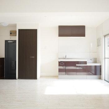 左から玄関・洗濯機置場・キッチン
