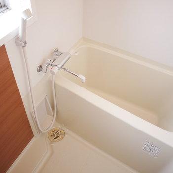 浴室は窓があって明るい◎