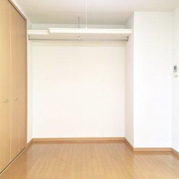 こっち側にはクローゼット×2!※写真は2階の同間取り別部屋のものです