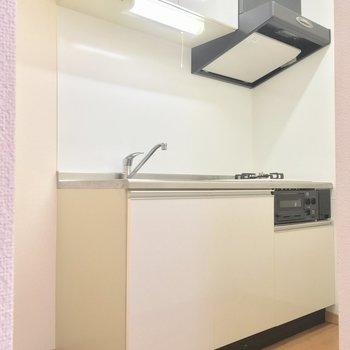 キッチンは少し奥まったところに※写真は2階の同間取り別部屋のものです