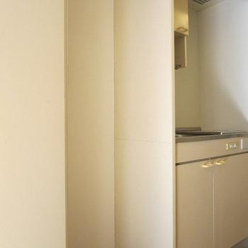 キッチン横には冷蔵庫スペース!※写真は1階同間取り別部屋のものです