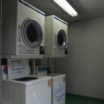 お洗濯は1階のコインランドリーで。