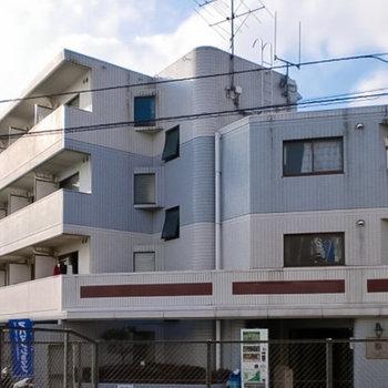 鉄筋コンクリート造特有の、どっしりとした外観。