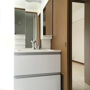 洗面台も新品。大きくて使いやすい。(※写真は2階反転間取り別部屋のものです)