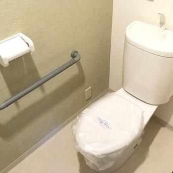 手すり付きのトイレはシンプルタイプ。(※写真は2階反転間取り別部屋のものです)