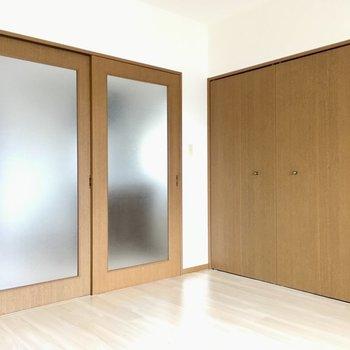 お部屋は扉で仕切ることも出来ます。透けガラスで採光も◎(※写真は2階反転間取り別部屋のものです)