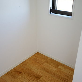 奥のスペースにはシングルベッドも置けますよ!※同間取り別部屋の写真です。
