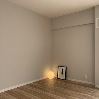 ソファーを壁側に※家具はサンプルです