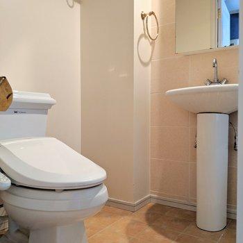 脱衣所に洗面台とトイレ。(※写真は清掃前のものです)