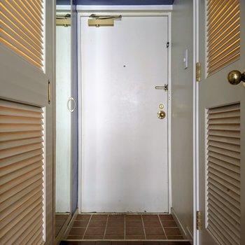 廊下の壁までアイリス色ですよ。(※写真は清掃前のものです)