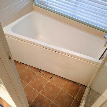 お風呂の形が変わってる!洗い場も浴槽も最大限に使えて良い考え!(※写真は清掃前のものです)
