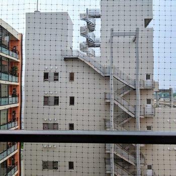 眺望はお隣のビルですが圧迫感なし。