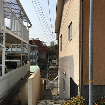 A棟からこちらの階段を下って