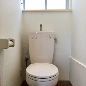 トイレには小窓おついてますよ