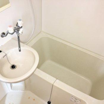 洗面台とお風呂は2点ユニットタイプ※写真にはフラッシュを使用しています