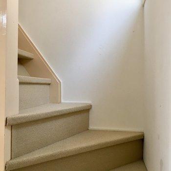 2階へはこちらの階段から
