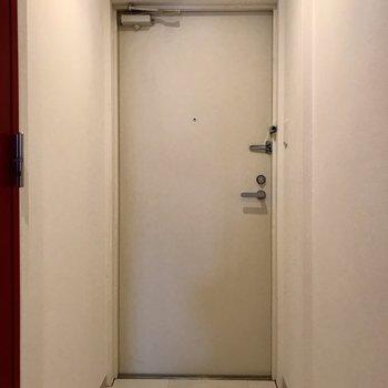 玄関は白で清潔感◎※写真は3階の同間取り別部屋のものです
