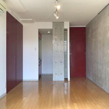 扉も収納も赤!※写真は3階の同間取り別部屋のものです