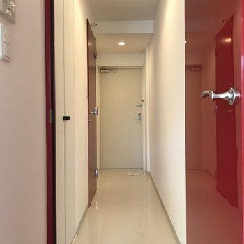 廊下への扉も赤!※写真は3階の同間取り別部屋のものです