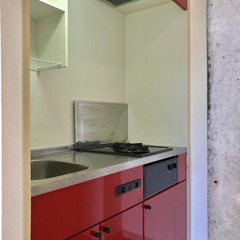 キッチンも赤!※写真は3階の同間取り別部屋のものです