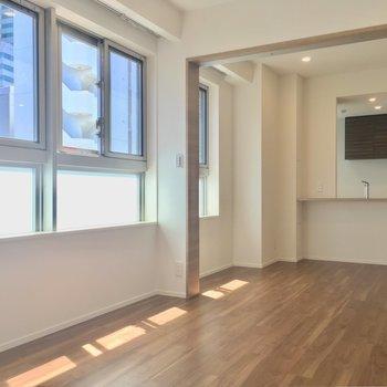 爽やかな空間にカウンターキッチンがチラリ※写真は5階の似た間取り別部屋のものです