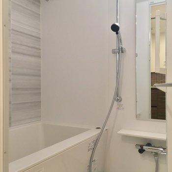 バスルームはホワイト基調でシンプルに※写真は5階の似た間取り別部屋のものです