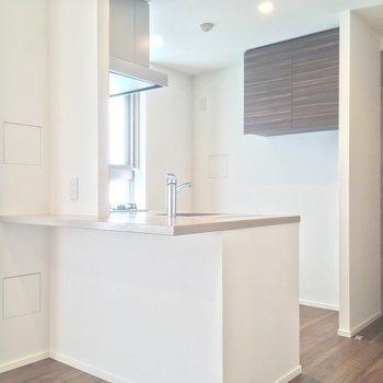 キッチンにも窓があり、とても明るいです(LDK)※写真は5階の似た間取り別部屋のものです