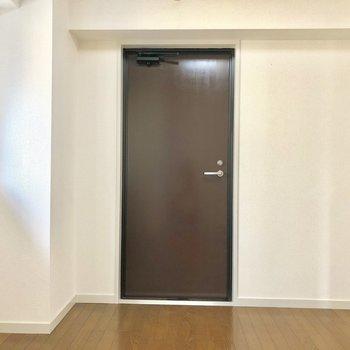 【洋室5帖】ちなみにこちらはバルコニーへの扉です。
