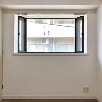 【洋室5帖】こちらのお部屋も大きな窓が付いています!こちらの出窓には植物など置いてもいいですね♪