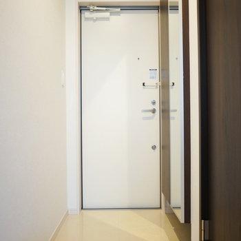 玄関横には姿見付きのシューズクローゼットがありますよ