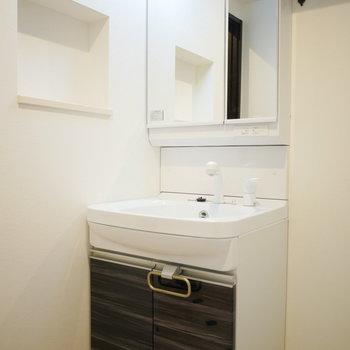 独立洗面台の横にはニッチがついています!