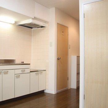 【DK】手前洋室からキッチン方向を※写真は3階の同間取り別部屋のものです