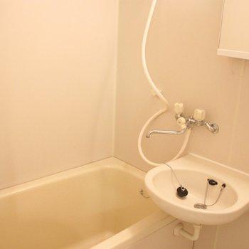 洗面台はお風呂場の中に※写真は3階の同間取り別部屋のものです