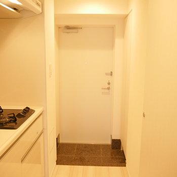 玄関です。※写真は3階の同間取り別部屋のものです